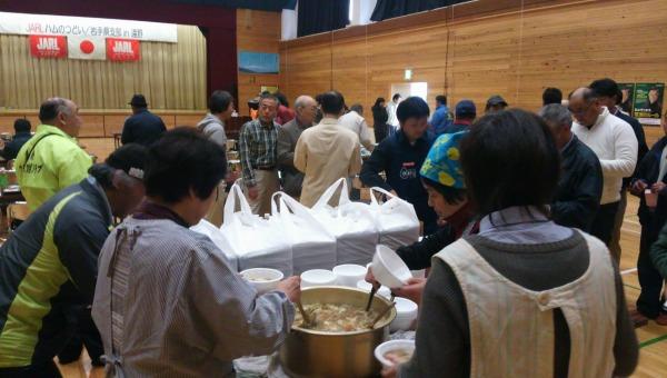 【午後】遠野クラブ婦人部による昼食の配給