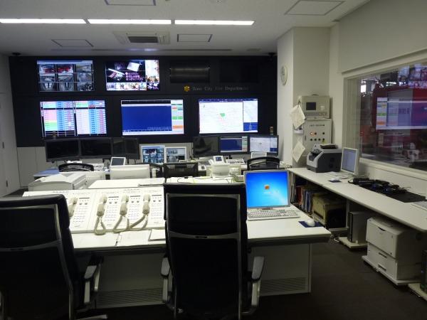 【午前】指令室の右窓下にアマチュア機